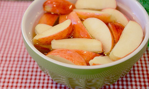 apple slices in soda water